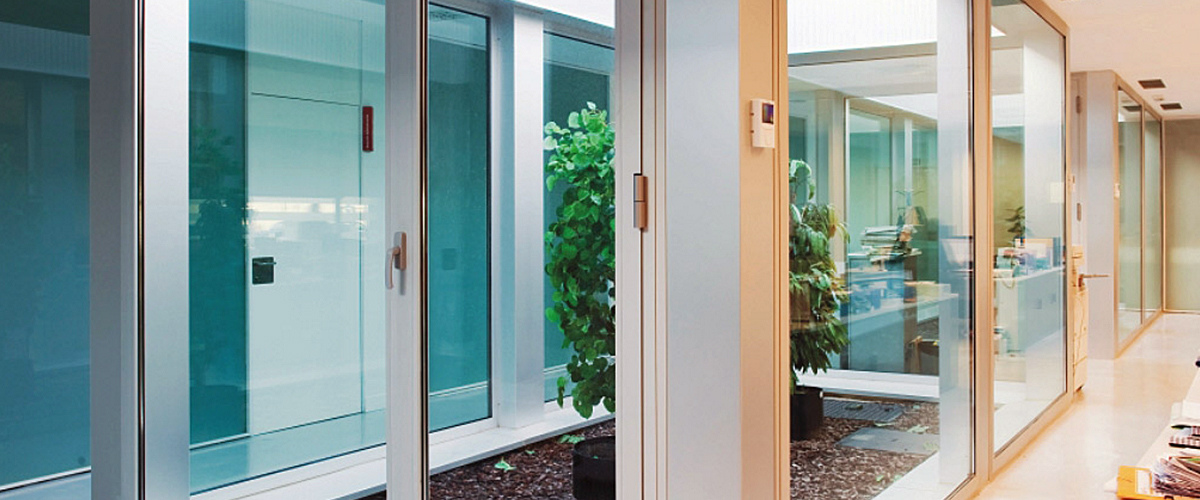 Puertas balconeras de aluminio con persiana incorporada for Puerta balcon de aluminio