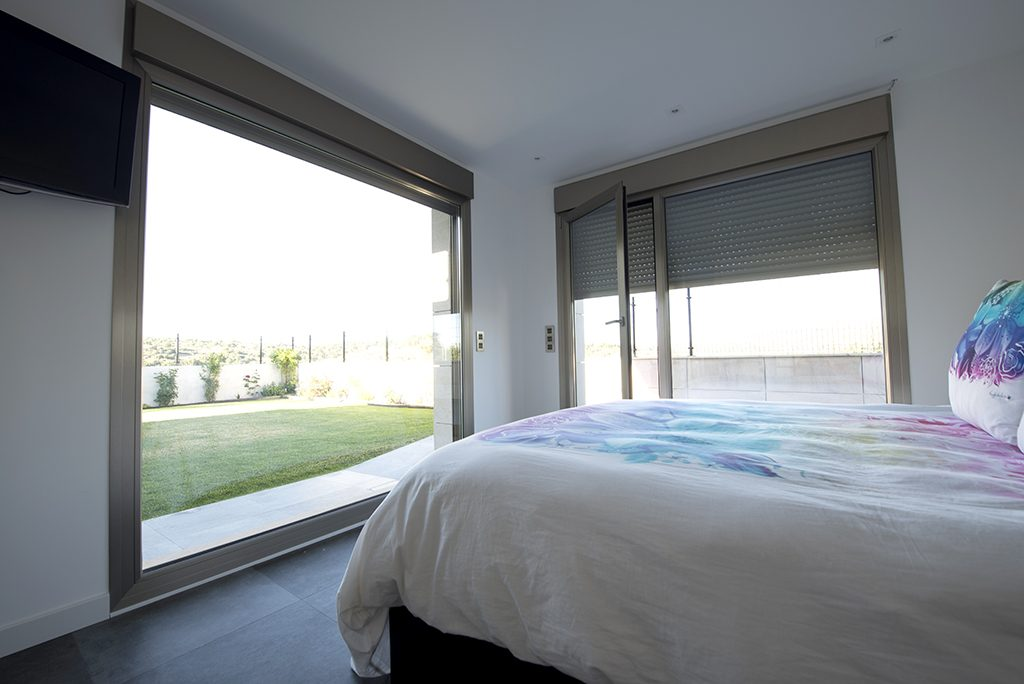 Ventanal grandes dimensiones máxima luz en habitación